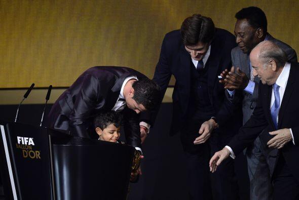 El jugador del Real Madrid le puso el premio en sus manos al pequeño, qu...