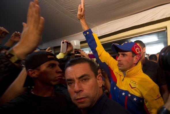 Esperado por una multitud que cerró una calle, Capriles, de 40 años, sal...