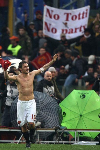 Por ello, y sus dos goles, la gente se le entregó al incansable Totti.
