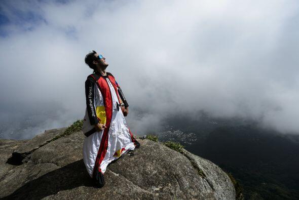 Participa activamente en la Liga Mundial Wingsuit, una reunión anual de...