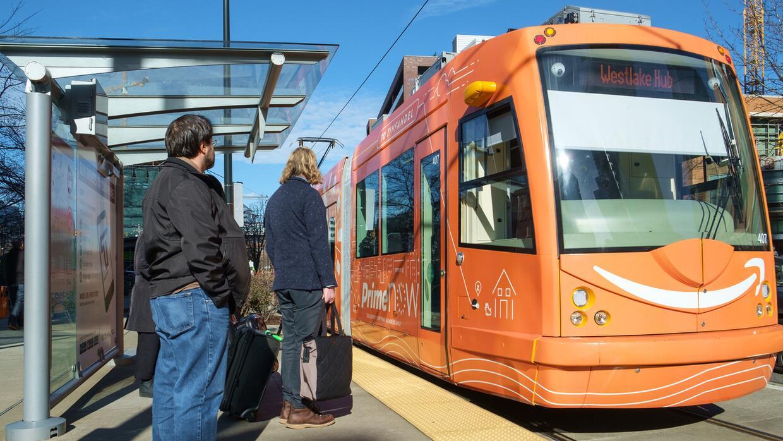 Unos de los tranvía de Seattle recoge pasajeros en el centro de la ciudad.