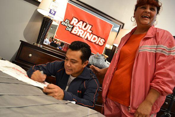 Y no podían faltar los autógrafos.  Escucha El Show de Raúl Brindis por...