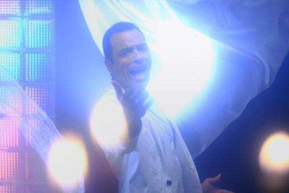 Jon Secada sigue igual de romántico, pero esta vez le canta su popular '...