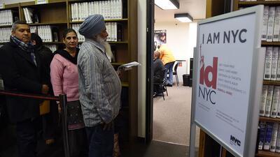 Neoyorquinos hacen fila para obtener la identificación municipal, conoci...