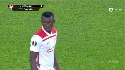 Tarjeta amarilla. El árbitro amonesta a Mohamed Camara de Olympiakos