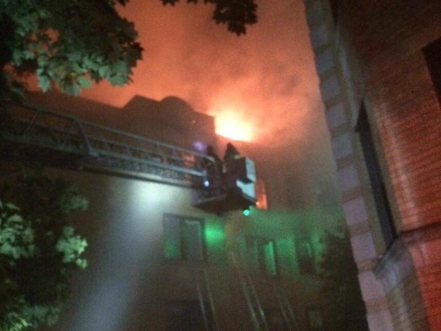 El incendio comenzó alrededor de las 1:35 am en un edificio de apartamen...