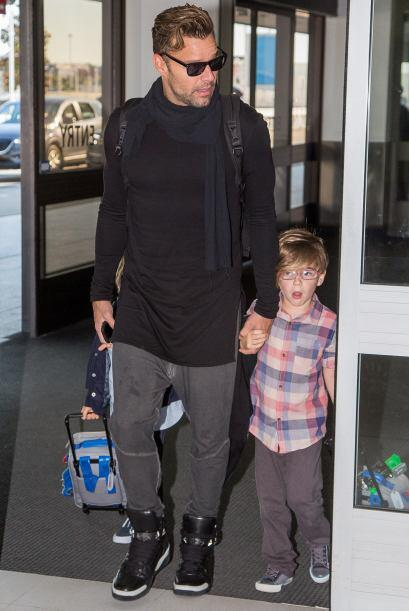Mira más fotos de Ricky con Matteo y Valentino saliendo de Sydney...