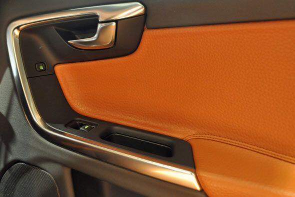La combinación de colores y materiales en el interior le da un toque más...