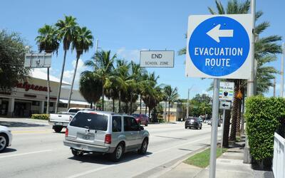Automóviles evacuando la mañana del jueves en Fort Lauderd...