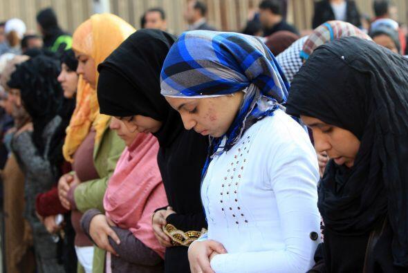 Cientos de personas se congregan en el Ministerio del Interior, un ambie...