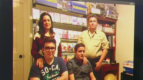 Padres recrean tienda de Blockbuster en su casa para su hijo con autismo