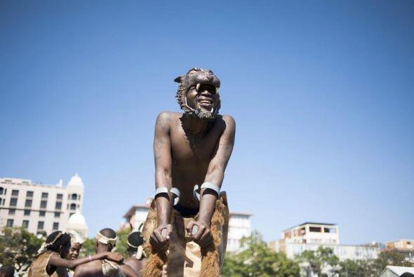 Sudafricano bailan durante la celebración del 20 aniversario de las prim...