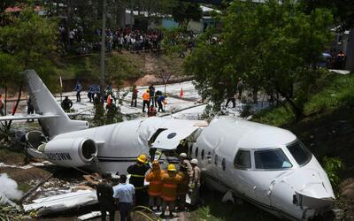 Los equipos de emergencia trabajan en el lugar del accidente.