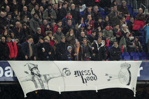 La afición 'culé' llevó mantas en las que demostraba su fervor por Messi...