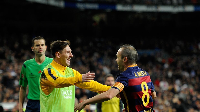 Iniesta celebra su gol con Messi