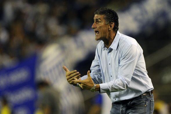 El técnico de Liga, el argentino Edgardo Bauzá, dio muchas indicaciones...
