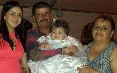 Carlos Ortiz aparece en esta foto con su hija Stephanie, su nieta Darlen...