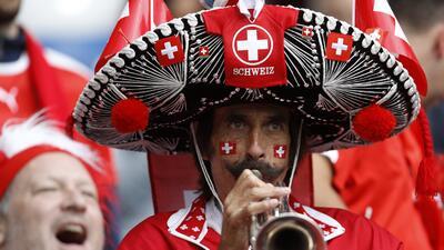 La emoción de los fanáticos en la fiesta de Suiza y Serbia en el grupo E