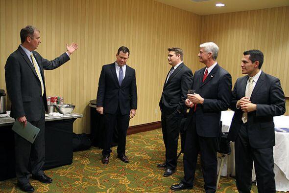 Jason Embry, del Austin American Statesman, fue el moderador del debate,...