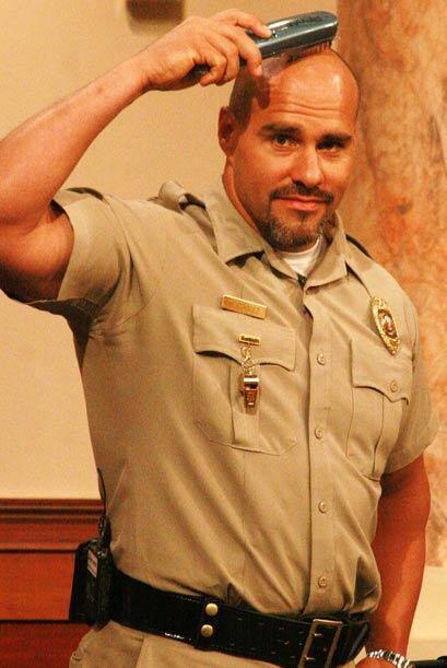 Mientras la corte estaba en sesión, el alguacil aprovechó para peinar su...