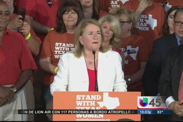 Otra que protestó fue la congresista Sylvia García, quien lo hizo en con...