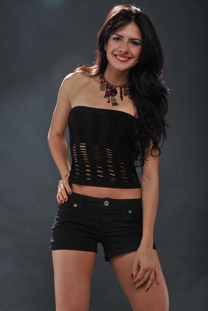 La ropa de color negro nos muestra a una bellísima chica.