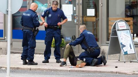 La policía de Finlandia asiste a uno de los heridos en la ciudad...