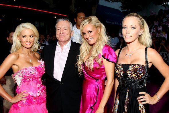 Hugh Hefner con tres conejitas, antes de comprometerse con Crystal Harris.