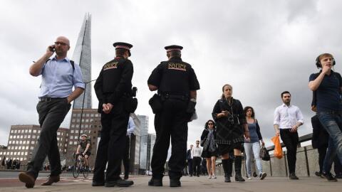 Policías armados este lunes en el puente de Londres