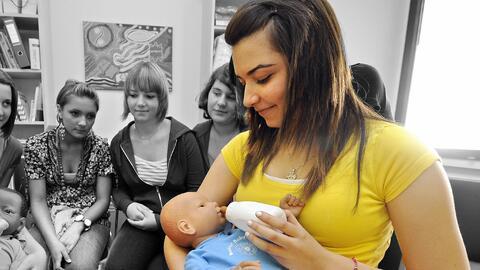 Una estudiante utiliza el simulador de bebé