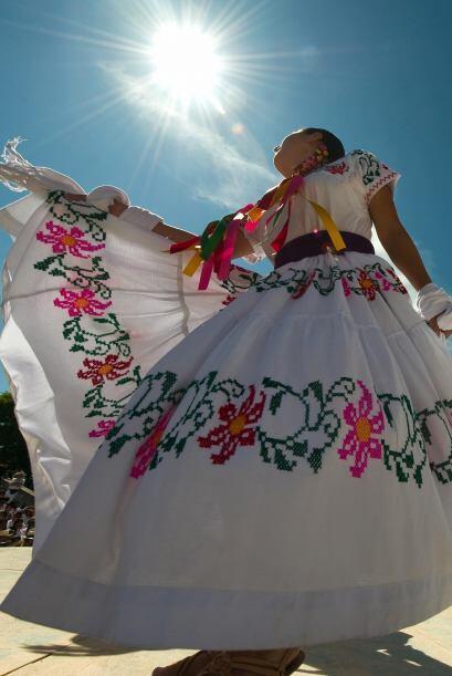 Los grupos folklóricos que participan en la fiesta deleitan a todos los...