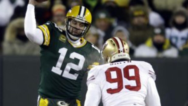 Afortunadamente para 49ers, Aldon Smith (99) solo sufrió de calambres (A...