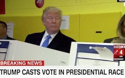 La foto en que Trump parece que mira el voto de su mujer.