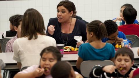 La reconocida chef Rachael Ray come con niños en una escuela p&ua...