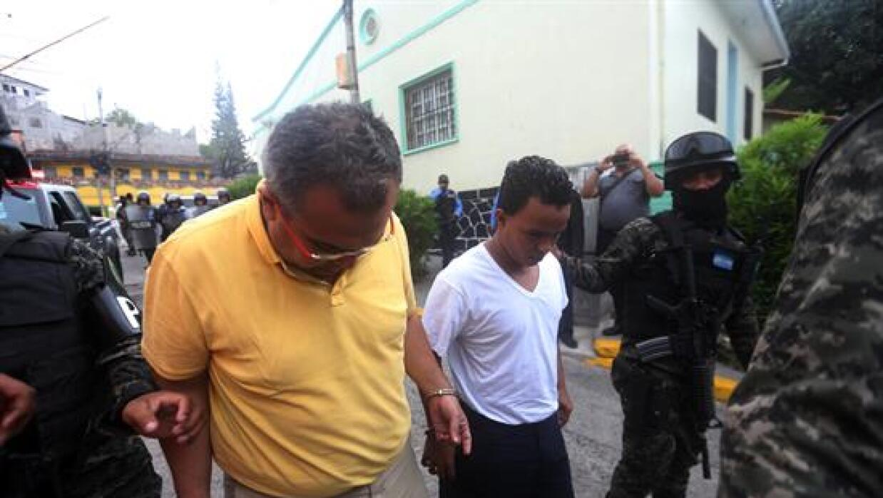 Policías militares custodian a Sergio Rodríguez Orellana y Edilson Duart...