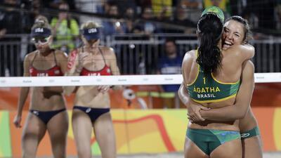 Bárbara y Ágatha de Brasil dan la campanada en voleibol de playa eliminando a una leyenda