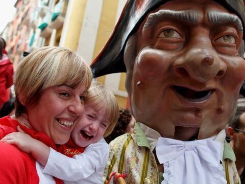 Una niña llora mientras una figura Kiliki se acerca durante la Co...