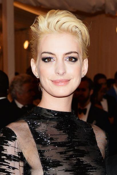 No se asusten porque no es fantasma, tan sólo es Anne Hathaway con su de...