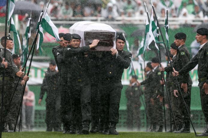 Más de 100,000 personas se dieron cita en el estadio del equipo para rec...