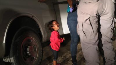 La conmovedora imagen de una niña que llora mientras arrestan a su madre indocumentada (fotos)