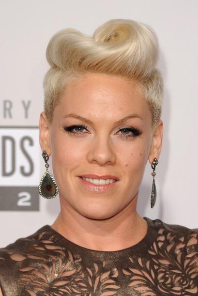 Pink le saca mucho provecho a su fleco con peinados ultra glamourosos qu...