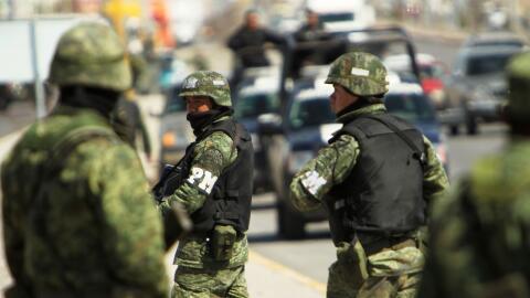Miembros del Ejército mexicano vigilan las colonias del norte&nti...