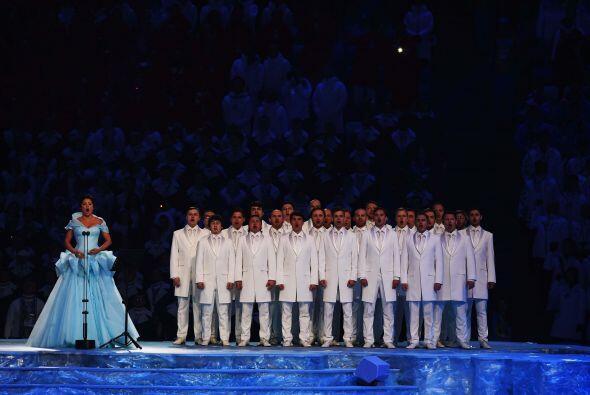 La soprano Anna Netrebko, fue la voz que entonó el himno olímpico.