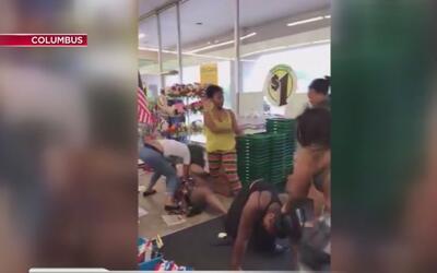 Cuatro mujeres se agarran a golpes dentro de una tienda de Columbus