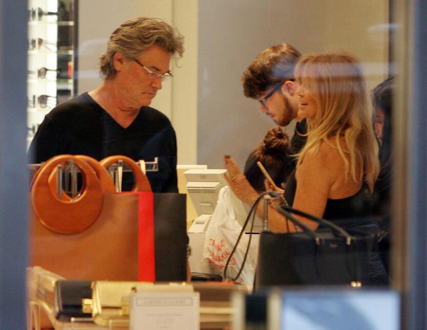 La feliz pareja sigue buscando regalitos para la temporada.