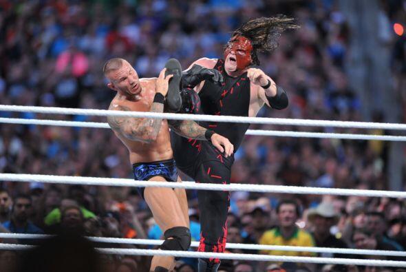 En una pelea de viejos enemigos, el tenebroso Kane se enfrentó a...