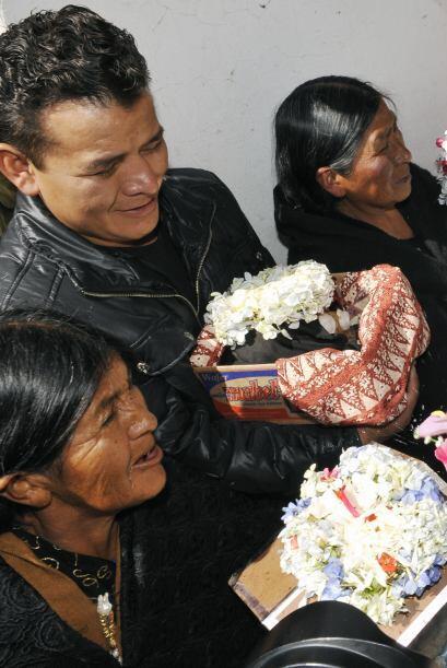 Mario Choque y su familia llevaron este lunes seis calaveras a la capill...