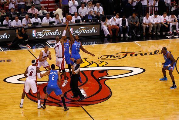 El quinto partido empezó y desde el principio el Heat dominó las acciones.