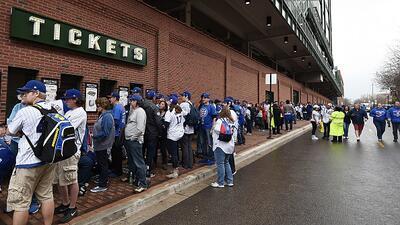 Ni la lluvia detuvo a los aficionados de los Cubs en su primer juego en casa