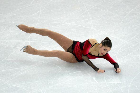 La italiana Stefania Berton cae durante su prueba de patinaje artístico...